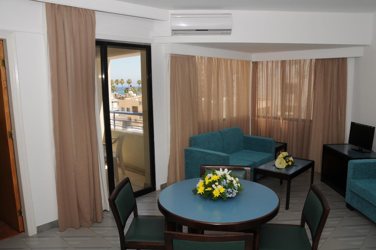 Atrium 1-Bedroom Lounge 1